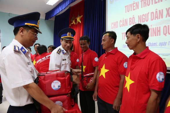 Vùng cảnh sát biển 2 đồng hành cùng ngư dân Cù Lao Chàm - Ảnh 1.