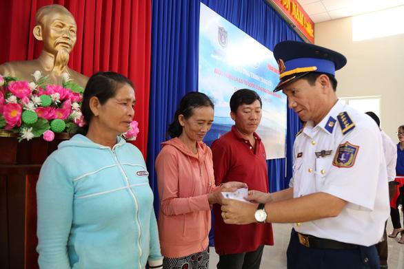 Vùng cảnh sát biển 2 đồng hành cùng ngư dân Cù Lao Chàm - Ảnh 3.
