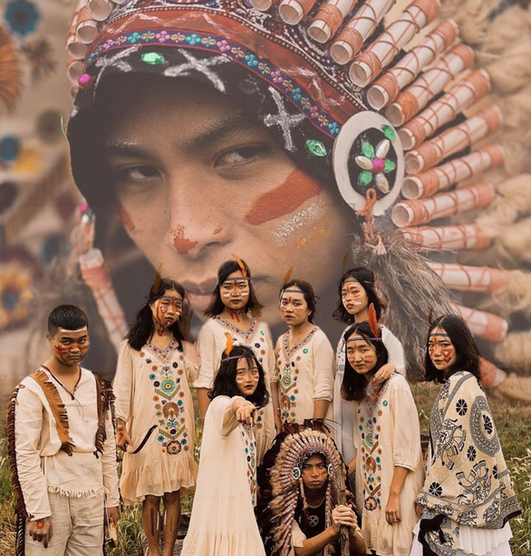 Bánh sừng bò, trang phục quý tộc… vào bộ ảnh lịch sử của học sinh Bắc Ninh - Ảnh 1.