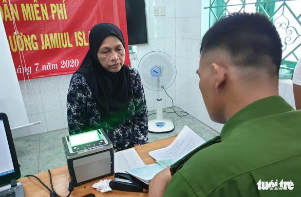 Công an TP.HCM đến thánh đường, làm thẻ căn cước cho người Hồi giáo - Ảnh 2.