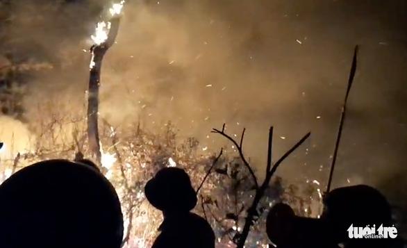 Đốt rác bất cẩn làm cháy rừng 2 xã, hơn 1.000 người oằn mình dập lửa trong đêm - Ảnh 4.