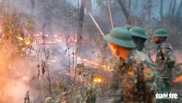 Đốt rác bất cẩn làm cháy rừng 2 xã, hơn 1.000 người oằn mình dập lửa trong đêm - Ảnh 3.