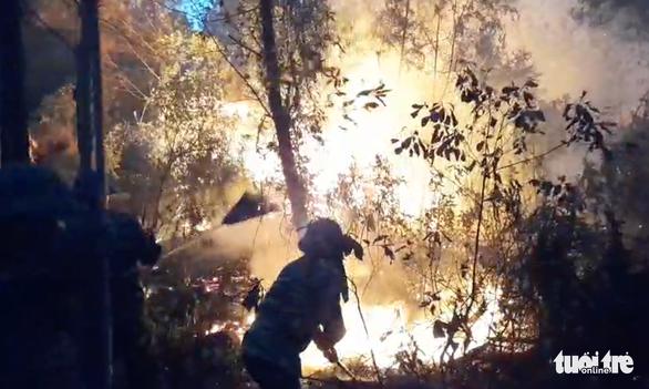 Đốt rác bất cẩn làm cháy rừng 2 xã, hơn 1.000 người oằn mình dập lửa trong đêm - Ảnh 5.