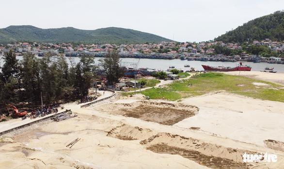 Dân phản đối doanh nghiệp múc cát gần đê biển vì lo mất an toàn mùa bão - Ảnh 3.