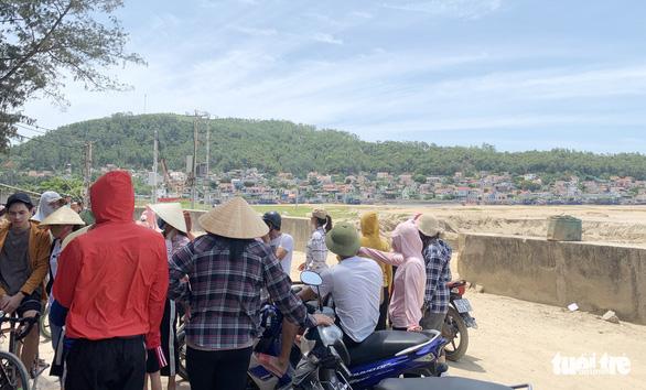 Dân phản đối doanh nghiệp múc cát gần đê biển vì lo mất an toàn mùa bão - Ảnh 2.