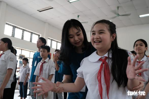 Ngắm nụ cười tươi vui của các em nhỏ khiếm thính hòa mình vào Bống bống bang bang - Ảnh 2.