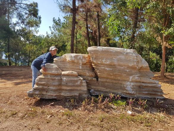 Một người tố cáo 3 tảng đá của mình bỗng dưng 'lạc' vào khu du lịch - Ảnh 1.