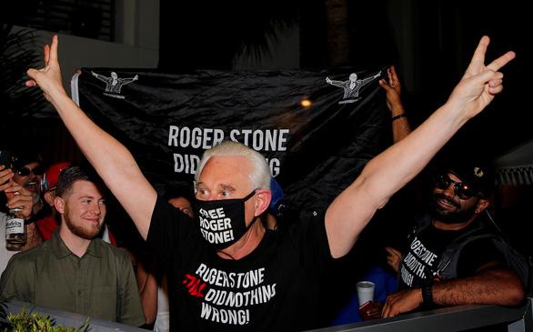 Ông Trump giúp cựu cố vấn thân cận Roger Stone thoát án tù 40 tháng - Ảnh 1.