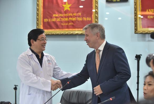 Tổng lãnh sự Anh đón phi công Anh xuất viện: 'Cảm ơn Việt Nam từ tận đáy lòng' - Ảnh 1.