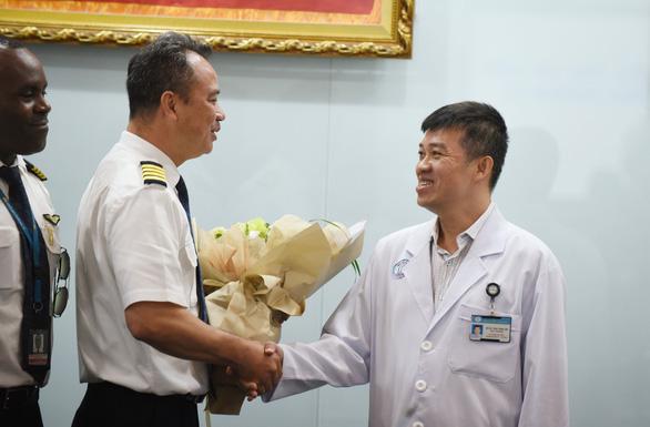 Tổng lãnh sự Anh đón phi công Anh xuất viện: 'Cảm ơn Việt Nam từ tận đáy lòng' - Ảnh 3.