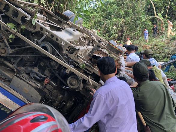 Phó thủ tướng chỉ đạo sớm khắc phục vụ xe rơi xuống vực ở Kon Tum - Ảnh 1.