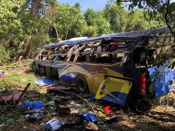 Xe khách rơi vực lúc rạng sáng 11-7, 5 người chết, nhiều người bị thương - Ảnh 1.