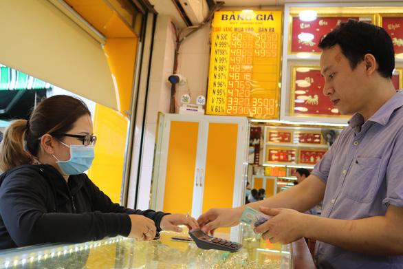 Giá vàng tại Việt Nam hôm nay giảm 100.000 đồng/lượng - Ảnh 1.