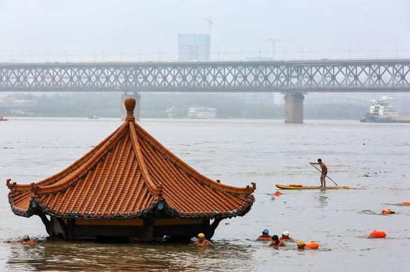 Tỉnh Giang Tây, Trung Quốc nâng cảnh báo mức cao nhất, lũ lớn sắp ập về - Ảnh 2.