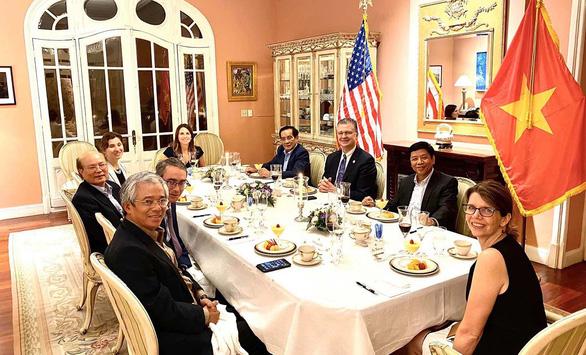 4 vị nguyên đại sứ VN ở Washington DC ăn tối với Đại sứ Mỹ tại VN Daniel Kritenbrink  - Ảnh 1.