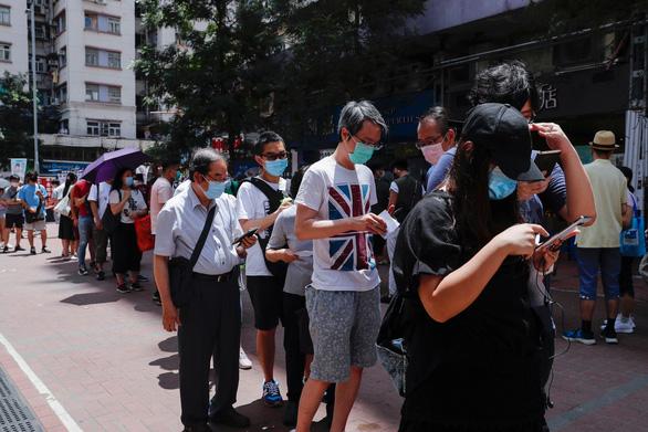 Người Hong Kong tham gia bầu cử sơ bộ không chính thức đông hơn dự kiến - Ảnh 1.