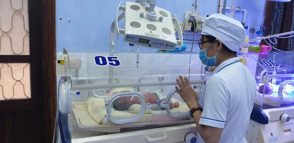 Cứu kịp bé sơ sinh bị bỏ trong túi nilông ven đường - Ảnh 1.