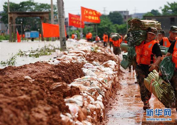 Đêm không ngủ quanh những con đê ngăn lũ ở Trung Quốc - Ảnh 2.