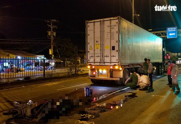 Chạy xe máy vào đường cấm, hai người thương vong - Ảnh 1.
