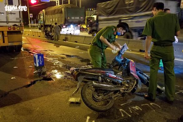 Chạy xe máy vào đường cấm, hai người thương vong - Ảnh 2.
