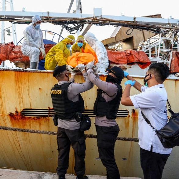 Thủy thủ Indonesia nghi bị quản lý tàu Trung Quốc đánh đến chết, giấu xác trong hầm cá - Ảnh 1.