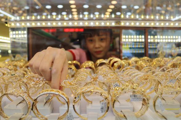 Giá vàng thế giới tăng lại, giá trong nước không theo kịp - Ảnh 1.