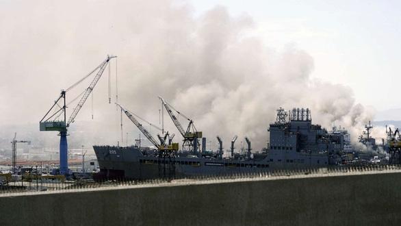 Hỏa hoạn dữ dội trên tàu tấn công đổ bộ của hải quân Mỹ, 21 người bị thương - Ảnh 1.
