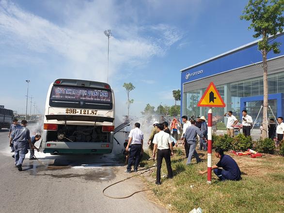 Xe chở khách du lịch bốc cháy, 40 người may mắn được cứu - Ảnh 3.