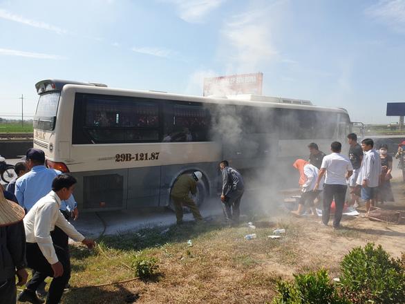 Xe chở khách du lịch bốc cháy, 40 người may mắn được cứu - Ảnh 1.