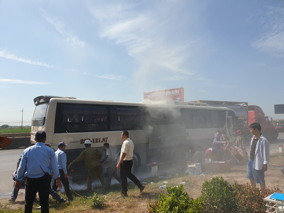 Xe chở khách du lịch bốc cháy, 40 người may mắn được cứu - Ảnh 2.
