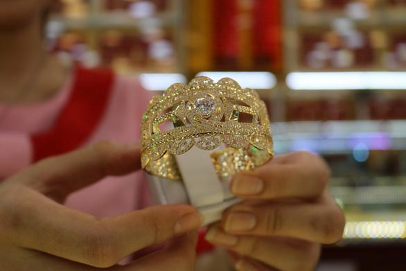 Giá vàng giảm, giằng co quanh mức 1.800 USD/ounce - Ảnh 1.
