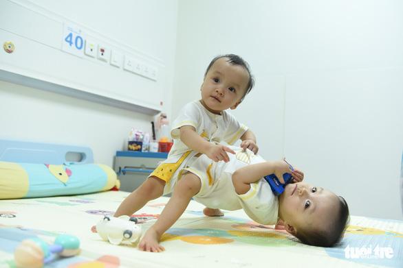 Sáng nay 15-7, hơn 100 y bác sĩ mổ tách ca song sinh dính liền phức tạp nhất Việt Nam - Ảnh 2.