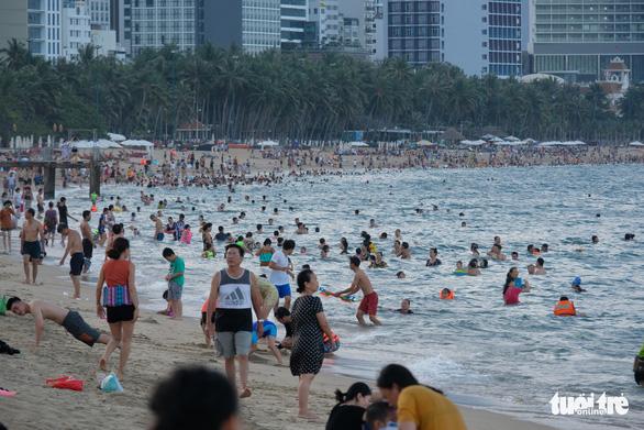 Du lịch Nha Trang giảm giá sâu, khách đông trở lại - Ảnh 1.