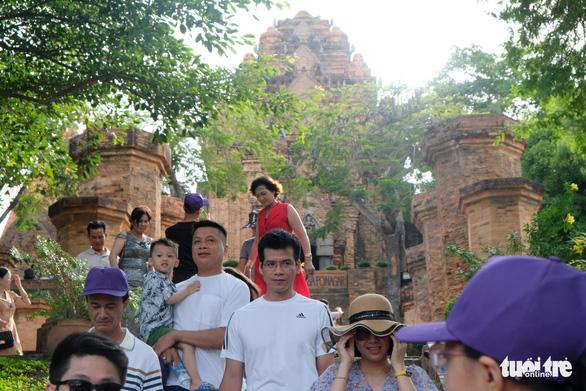 Du lịch Nha Trang giảm giá sâu, khách đông trở lại - Ảnh 4.