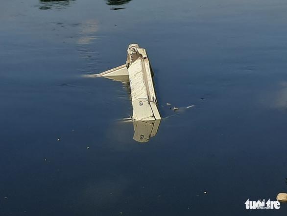 Xe ben lao xuống kênh Tàu Hủ sau tiếng la hét của tài xế - Ảnh 2.