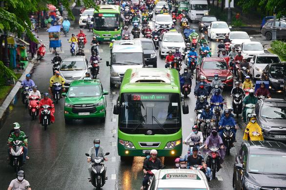 Cải thiện giao thông: Không còn đường lùi! - Ảnh 1.