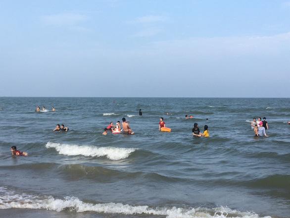 Hai người chết đuối lúc 5h sáng sau khi tập thể dục rồi tắm biển gặp nước xoáy - Ảnh 1.
