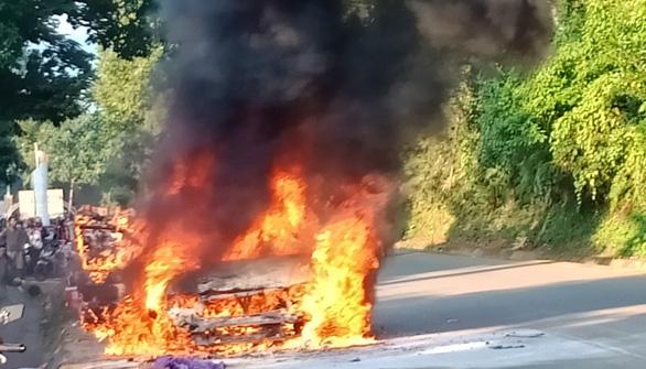 Xe 7 chỗ bốc cháy dữ dội, 4 người thoát nạn - Ảnh 3.