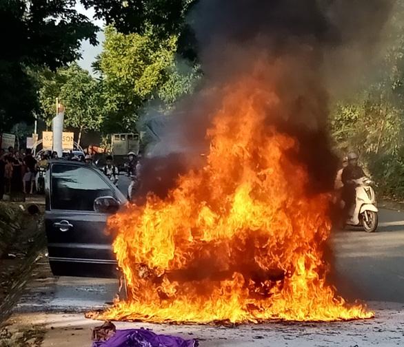 Xe 7 chỗ bốc cháy dữ dội, 4 người thoát nạn - Ảnh 1.