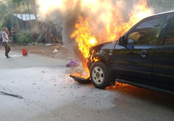 Xe 7 chỗ bốc cháy dữ dội, 4 người thoát nạn - Ảnh 2.