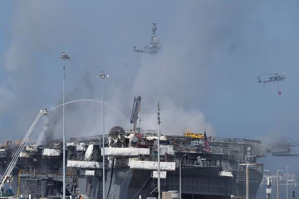 Hai ngày vẫn chưa dập xong đám cháy tàu tấn công đổ bộ USS Bonhomme Richard - Ảnh 2.