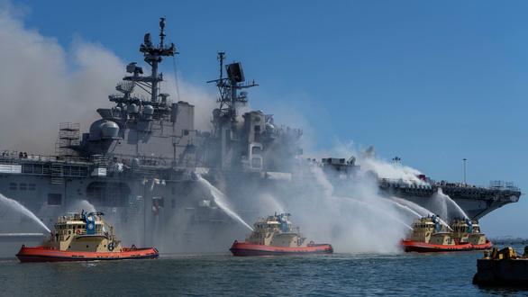 Hai ngày vẫn chưa dập xong đám cháy tàu tấn công đổ bộ USS Bonhomme Richard - Ảnh 3.