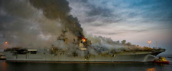 Hai ngày vẫn chưa dập xong đám cháy tàu tấn công đổ bộ USS Bonhomme Richard - Ảnh 4.