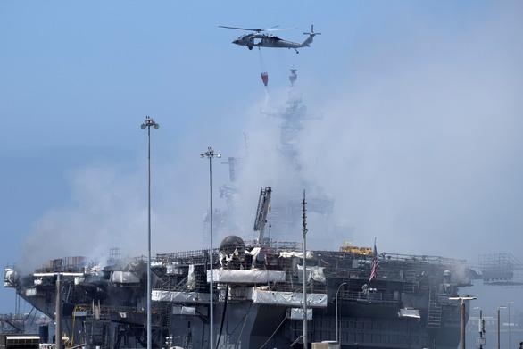 Hai ngày vẫn chưa dập xong đám cháy tàu tấn công đổ bộ USS Bonhomme Richard - Ảnh 1.