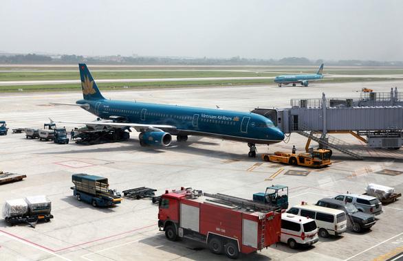 Cục Hàng không vừa chấn chỉnh, xe chở suất ăn đã cắt đuôi máy bay đang lùi - Ảnh 1.