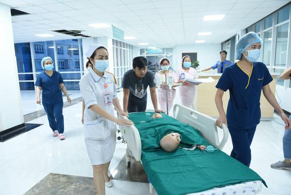 Gần 100 y bác sĩ bắt đầu ca đại phẫu 12 tiếng tách rời cặp song sinh phức tạp nhất Việt Nam - Ảnh 4.