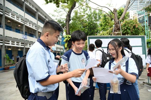 Sáng nay 16-7 thi tuyển sinh lớp 10 TP.HCM: Đề thi dễ hơn? - Ảnh 2.