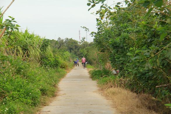 Thăm làng quê Bao La, ngắm cây ngô đồng cô đơn trong Mắt biếc - Ảnh 2.
