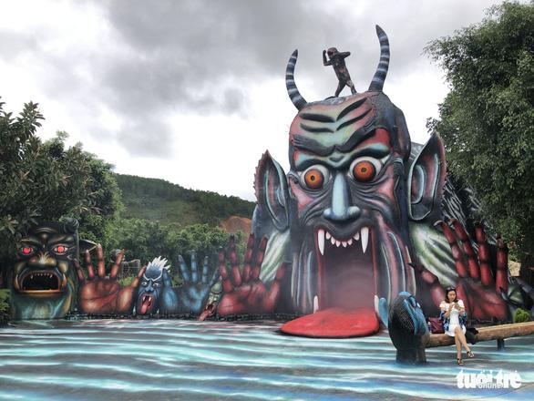 Tượng ma, quỷ chưa được thẩm định: Tạm đóng cửa khu du lịch Quỷ Núi - Ảnh 1.