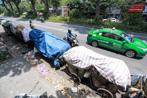 Rác nội thành Hà Nội ùn ứ vì dân chặn xe vào bãi rác Nam Sơn - Ảnh 2.